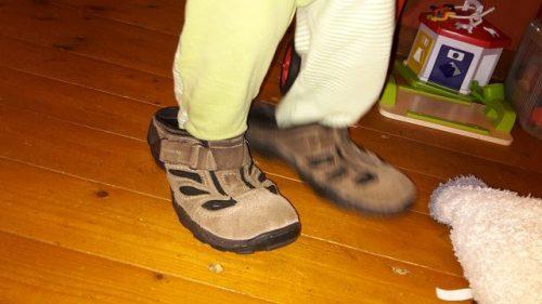 In viel zu großen Schuhen